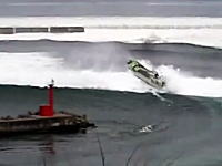 岩手県久慈港で撮影された津波に立ち向かう漁船の映像。右の船どうなった・・・。