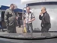タバコを吸うフリをしてアッパーカット。蚤の市で撮影されたノックアウト強盗