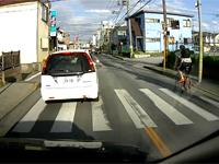 もはやテロ。チャリが道路を逆走、そのまま車に突っ込む。何してんのお前・・・。