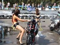 セクシーお姉さんのバイク洗車。踊りに没頭しすぎて・・・