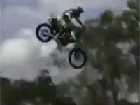 バイクスタントで着地失敗、顔面を強打してしまう。大丈夫かこれ・・・
