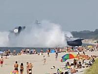 多くの海水浴客で賑わうビーチに海軍の巨大揚陸艦が出現!デカすぎワロタww