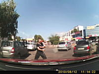酔っ払いかヤク中か。運転中に突然マジキチに襲われたかわいそうな女性ドラ。