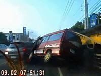 酷い運転。路駐していたトレーラーに衝突して他車を巻き添えにする茶色バン