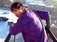 5階建マンションの屋上から積もった雪に向かってダイブ!無茶するロシアン。