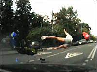 車と接触してぶっ飛ばされたスクーターの兄ちゃんが頑丈。事故ドラレコ映像。