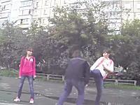 女性の蹴り一発で崩れ落ちる男性。喧嘩の仲裁に入ったのは武術の達人だった。