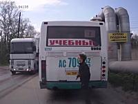 急いでいた女性がバスから飛び出して死にかけるドラレコ。まじギリギリww