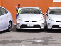 脅威の駐車技!まさかの隙間15ミリ、スレスレの駐車テクがすごいぞ!