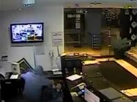 ホテルに強盗に入った男が、誤って自分の右目を撃ってしまう