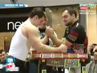 筋肉は見た目じゃない事が良く分かる動画。腕相撲のプロ VS プロボディビルダー