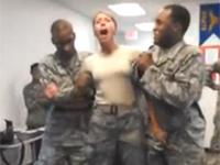 テイザーガンを食らう米空軍女性隊員 痛そう・・・。
