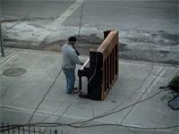 ニューヨークの街角にピアノを置いてみると、衝撃的な展開に。