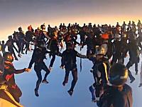 空中に人おおすぎ。時速約350キロメートルで落下中の138人が空中で集合