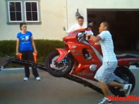 バイクを車に積み込むのは大変。そんな(ノ∀`)アチャーなやっちまった映像集。