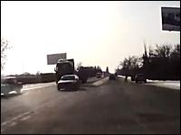 エクストリーム下車。雪で滑った車からドライバーがシュタタ。お前は忍者か。