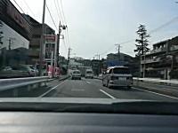 バイクの後部座席から子供が落下。気が付かない運転手・・・。(横浜市)