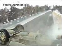 雪国事故。追い抜きざまにガードレールにヒットした車がバラバラ横転・・・。