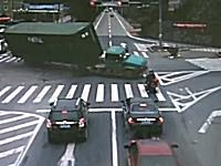交差点を急左折したトレーラーが横転。あと少しで死ぬところだったバイク乗り