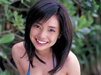 倉科カナ ビーチで赤のビキニ水着を身につけて元気いっぱいの笑顔を魅せてポーズ