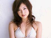 辰巳奈都子 Tバックのヒップを魅せたり、苺をほお張りながらポーズ