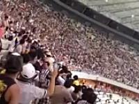 サッカースタジアムでテレビカメラが観客席に墜落。えっ!?墜落って??