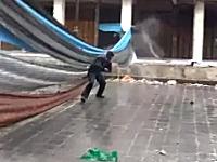 シリア動画。スナイパーからの攻撃がわずか数十センチの所に着弾する瞬間