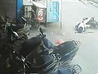 バイクを運転中に意識を失った男性が転倒して頭を強く打ち流血⇒みんな無視