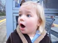 ほのぼの。生まれて初めての電車に興奮が隠し切れない幼女がカワイイ。