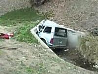 これは即死だっただろう・・・。高速道路から排水溝に突っ込んだ悲惨な車。