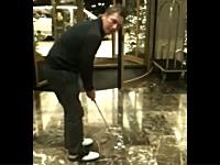1000ユーロを掛けてホテルの回転ドアにパット(ゴルフ)を通す挑戦をしてみた