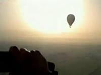 エジプトで熱気球が上空で炎上し墜落。日本人を含む19名が死亡した事故の映像。