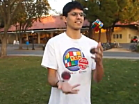 これは凄い。ジャグリングしながらルービックキューブを6面揃える神が登場。