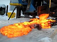 溶岩を分厚い氷の上に注いだらどうなるのか。実際にやってみた実験映像。