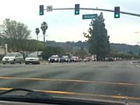 これは凄いカーチェイス。20台のパトカーに追われていた男が射殺される。