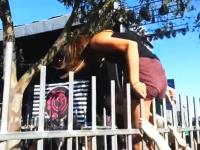 パンツ丸見えwww柵を乗り越えようとしていた若い女性が恥ずかしい事に。