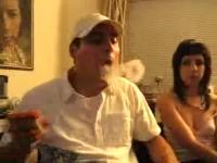 非常にクールな一発芸。タバコの煙リングをハンドパワーで輪投げのように。