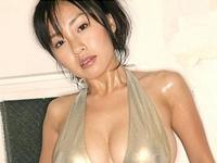 神楽坂恵 下乳がはみ出たTバック水着に身を包んでセクシーポーズ