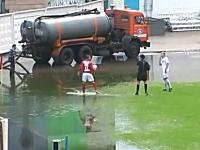 中止にしろwww劣悪なコンディションの中で行われたサッカーの試合(プロ)