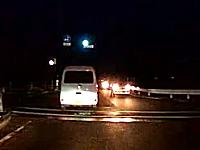 こわっ!前を走る軽バンがセンターラインを越えた対向車と衝突してぶっ飛ばされる