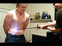 例の電撃ソードで友人と実際に戦ってみた。過激なYouTube技術部作品。