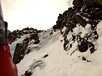 登山動画。先行者が落とした氷の塊がヒットして滑落してしまうクライマー。