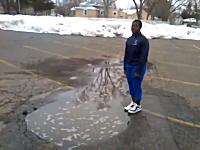 駐車場にできた水たまりに飛び込んだら思いのほか深かった。ウォホホホ!