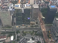 マジキチ。街の上空からウイングスーツで飛び降りビルの細い隙間を抜ける。