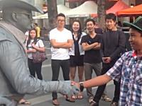キレてしまった銅像の人www大道芸人にちょっかいを出す兄ちゃんがwww