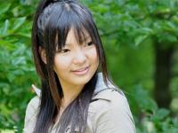高山智恵美 白のビキニ水着姿でデッキチェアの上でよつんばいポーズ