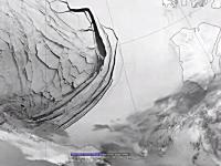 北極海の氷が割れて海に流れ出していく様子を宇宙から撮影した映像。NASA