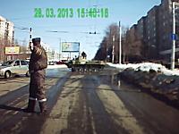 シュールな事故ドラレコ。軍用車が通り過ぎるのを待っていたら・・・。
