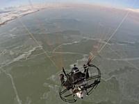 パラモーターで空中衝突。キャノピーに接触しラインが絡まり落下してしまう。