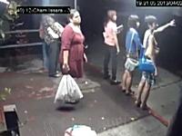 これは酷いwwwボートの引き波アタックをモロに食らってしまった女性たち。